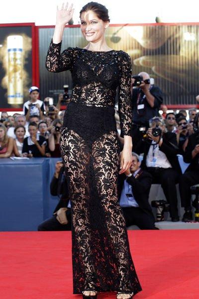 Discrète et sensuelle, Laetitia Casta, sublime dans sa robe Dolce & Gabbana en dentelle, à la cérémonie d'ouverture de la 69ème édition de la Mostra de Venise ce mercredi 29 août, n'en finit pas de fasciner.